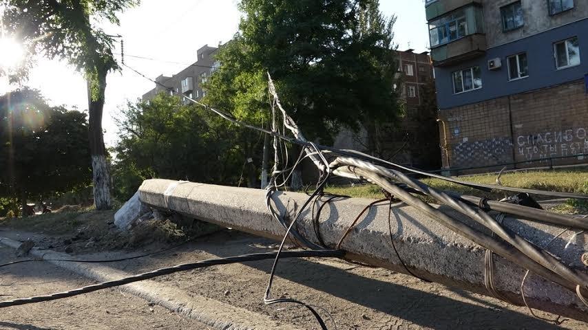 В Мариуполе в 300 метрах от спасателей  проезжую часть перегородил столб (ФОТО) (фото) - фото 1