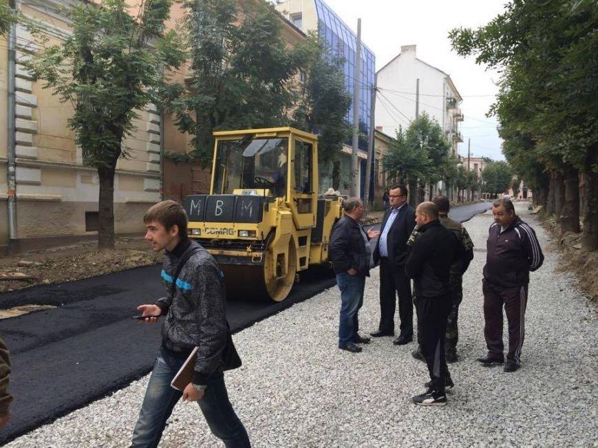 Розпочали асфальтувати вул. Б. Хмельницького у Чернівцях (ФОТО), фото-5