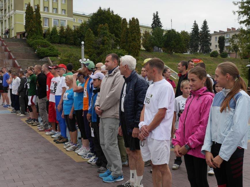"""Понад 100 спортсменів-аматорів взяли участь у легкоатлетичному пробігу """"Тернопільська Озеряна» (Фоторепортаж) (фото) - фото 1"""