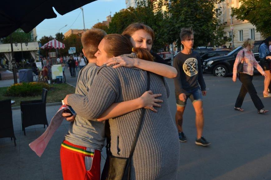 На улицах Кривого Рога предлагают обниматься всем желающим (ФОТО), фото-11