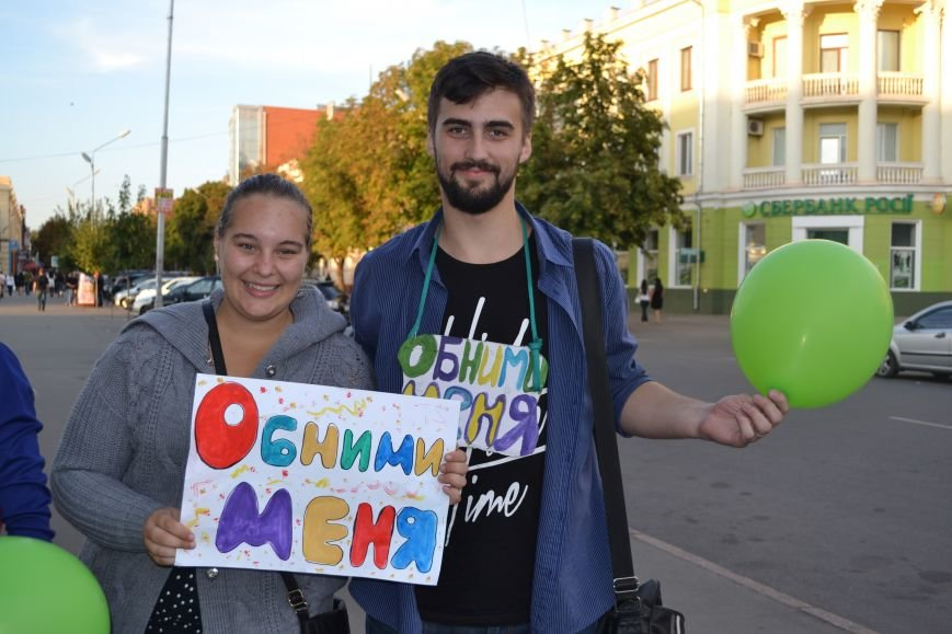На улицах Кривого Рога предлагают обниматься всем желающим (ФОТО), фото-7