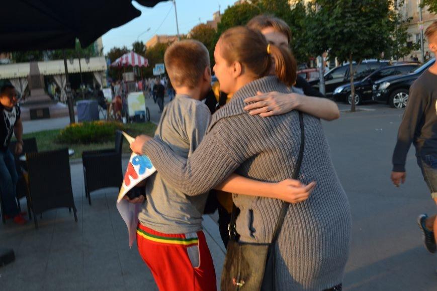 На улицах Кривого Рога предлагают обниматься всем желающим (ФОТО), фото-12