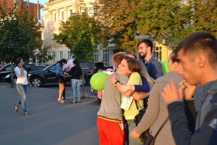 На улицах Кривого Рога предлагают обниматься всем желающим (ФОТО), фото-13