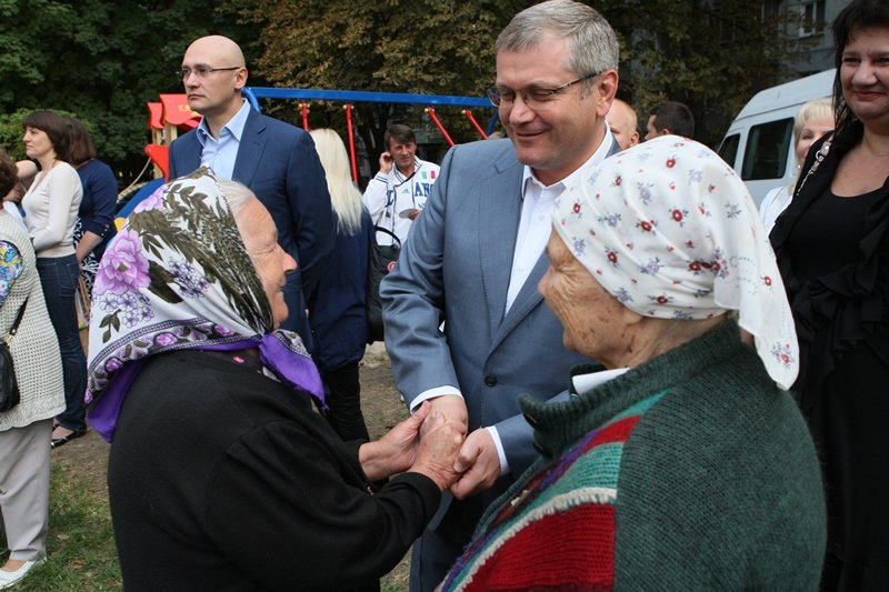 «На те деньги, которые политики тратят на билборды со своими лицами, в Днепропетровске можно было бы открыть детские площадки», - Вилкул (фото) - ф...