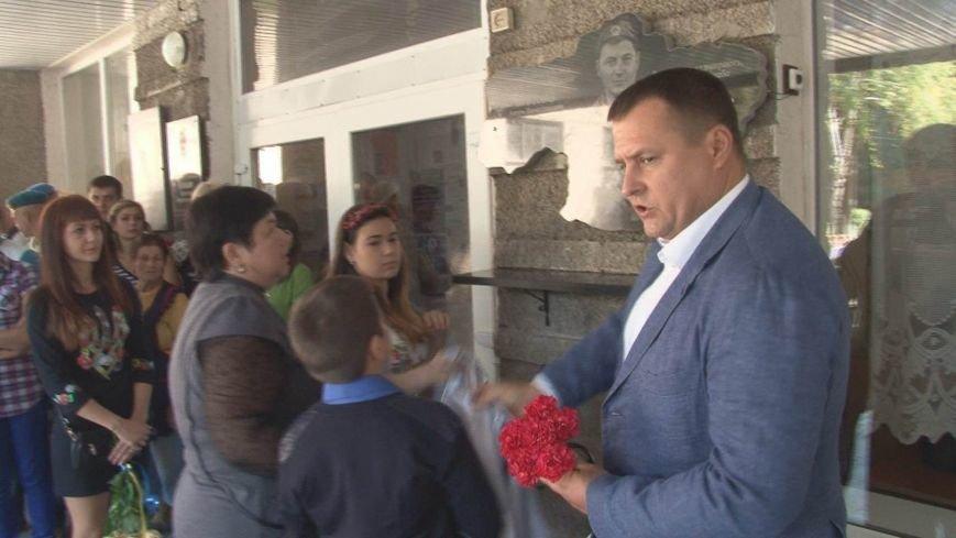 Борис Филатов открыл памятный мемориал погибшему десантнику в 37-й школе Днепропетровска, фото-2