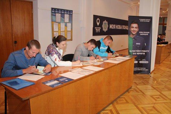 За первый день почти 1000 черниговцев захотело в полицию (фото) - фото 1