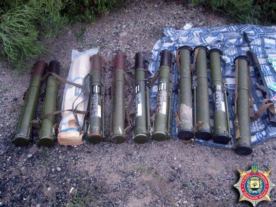 В лесном массиве между Артемовском и Дебальцево обнаружен тайник с оружием (фото) - фото 1