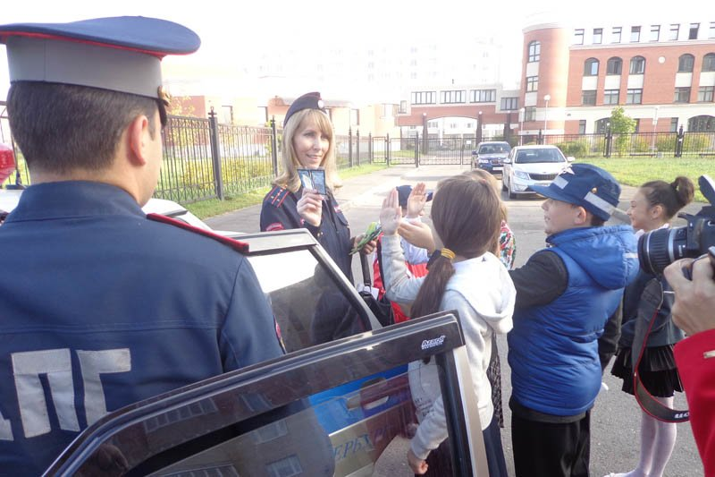 Юные инспекторы дорожного движения города Пушкин объяснили водителям, как правильно перевозить детей (фото) - фото 2