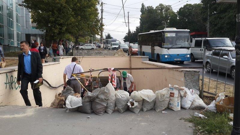 В Симферополе на площади Куйбышева начали ремонтировать протекающий подземный переход (ФОТОФАКТ) (фото) - фото 1