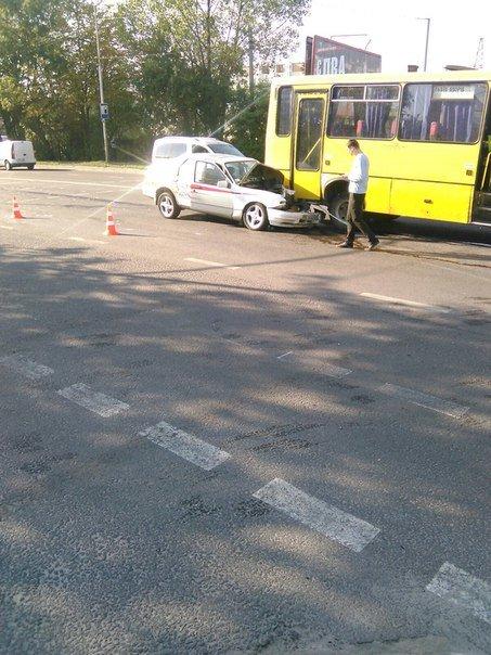 На вул. Липинського іномарка в'їхала в автобус (ФОТО) (фото) - фото 1