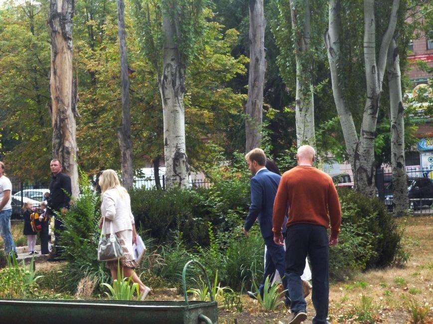 Чиновники горисполкома убегали от возмущенных криворожан по клумбам (ФОТО) (фото) - фото 2