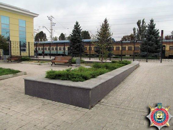 В Славянске на привокзальной площади обнаружены две боевые гранаты. ФОТО (фото) - фото 1