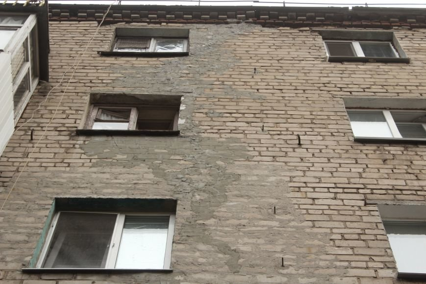 В Днепродзержинске жильцы дома с трещиной по-прежнему ожидают ремонта (фото) - фото 1
