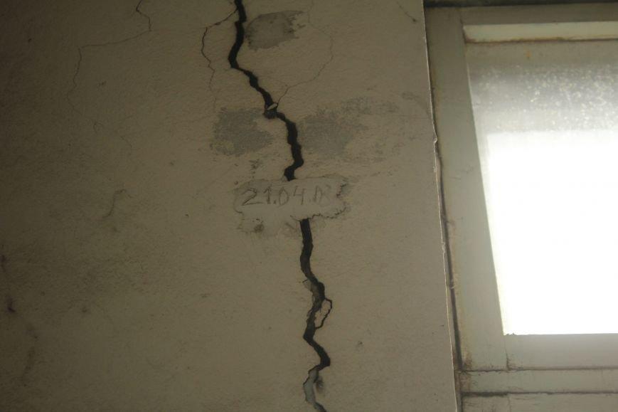 В Днепродзержинске жильцы дома с трещиной по-прежнему ожидают ремонта (фото) - фото 2