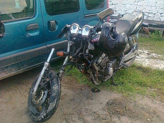 ДТП на Вінниччині: мотоцикліст який врізався в автомобіль «Renault Kangoo» отримав переломи кісток ніг та закриту черепно-мозкову травму (фото) - фото 1