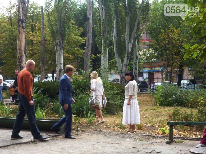 В Кривом Роге: чиновники убегали от горожан по школьным клумбам, открыли мемориальную доску Сергею Козырю, сгорел батут (фото) - фото 1