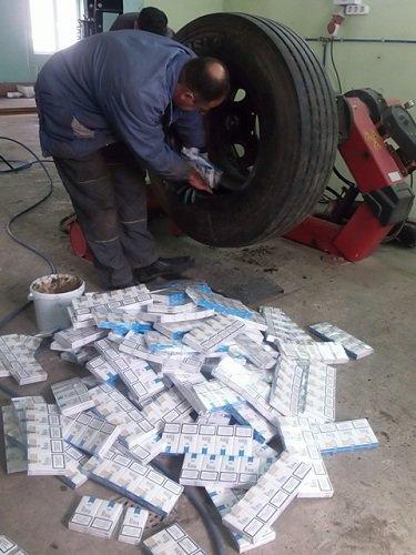В «Каменном Логе» водитель попытался провезти сигареты на 11 тыс долларов, спрятав их в запасных колесах (фото) - фото 1