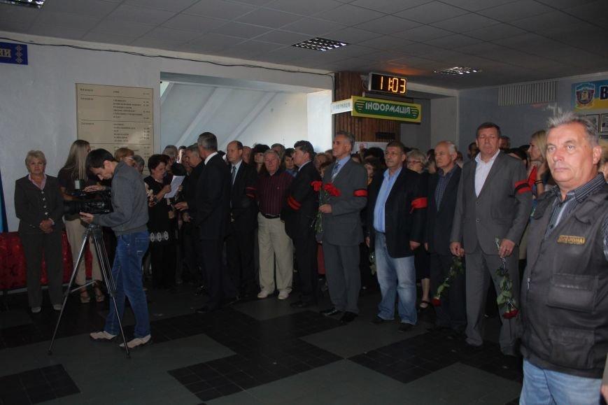 В Днепродзержинске провожают в последний путь Почетного гражданина города Анатолия Огурцова (фото) - фото 2