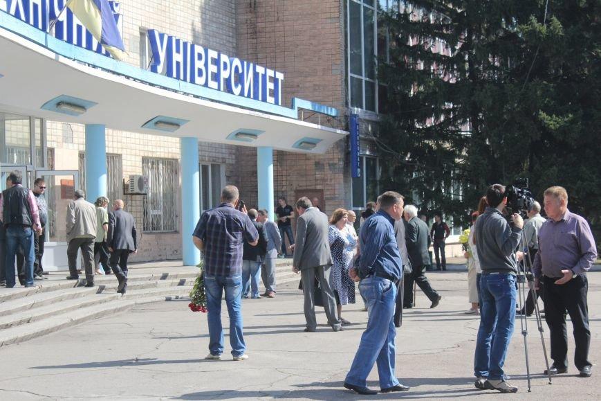 В Днепродзержинске провожают в последний путь Почетного гражданина города Анатолия Огурцова, фото-1