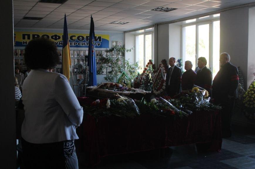 В Днепродзержинске провожают в последний путь Почетного гражданина города Анатолия Огурцова (фото) - фото 3