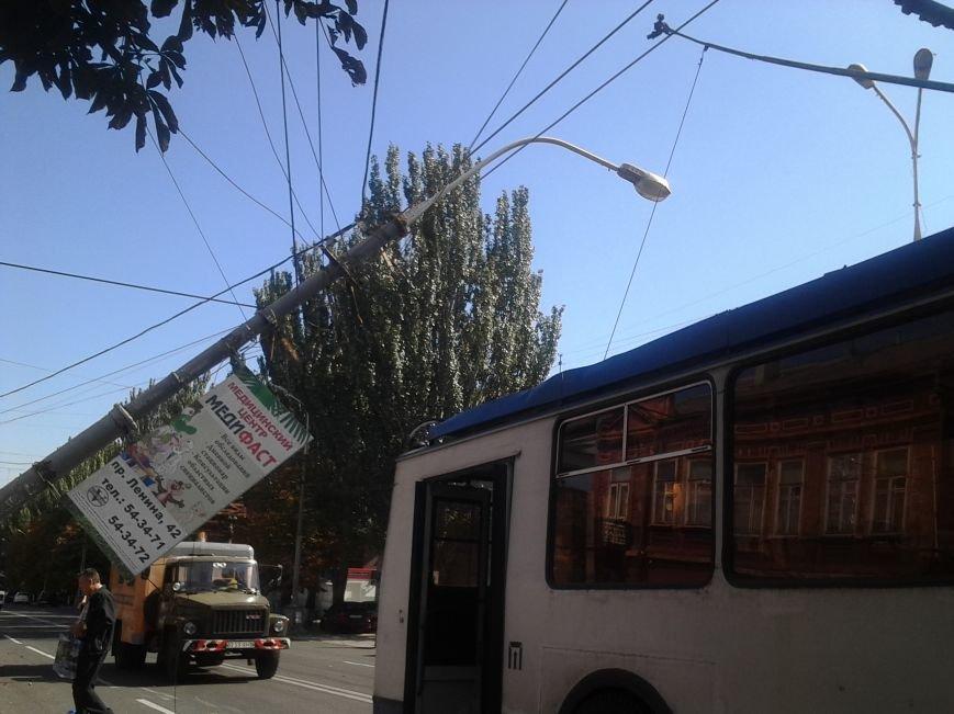В Мариуполе столб завис над троллейбусом (ДОПОЛНЕНО+ФОТО), фото-2