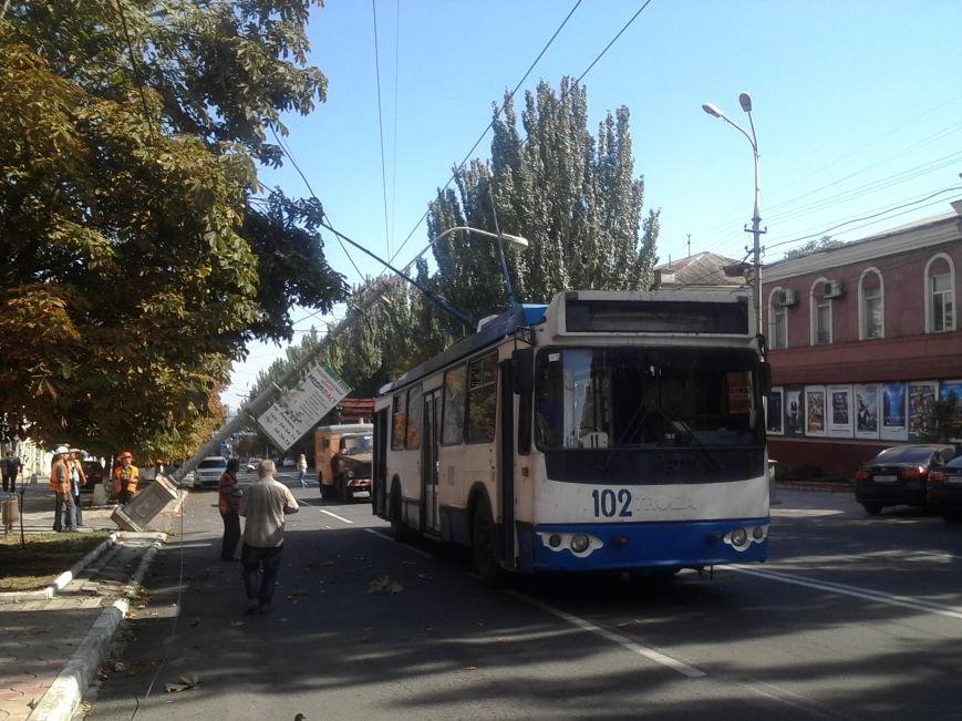 В Мариуполе столб завис над троллейбусом (ДОПОЛНЕНО+ФОТО), фото-1