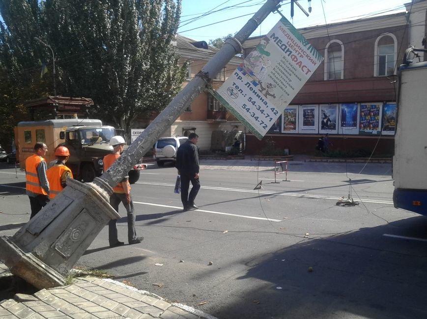 В Мариуполе столб завис над троллейбусом (ДОПОЛНЕНО+ФОТО), фото-3