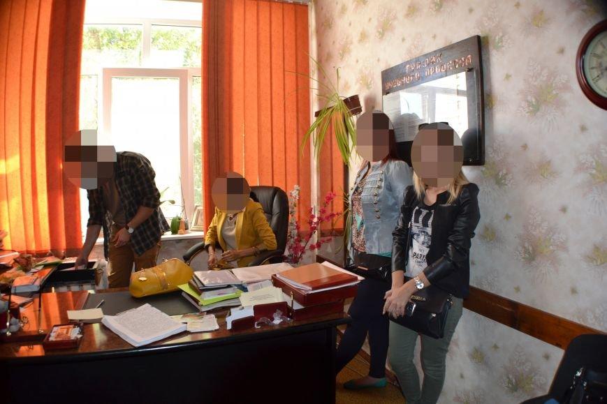 Правоохранители Кривого Рога «взяли с поличным» преподавателя колледжа, вымогавшую  у студентов деньги (ФОТО), фото-3