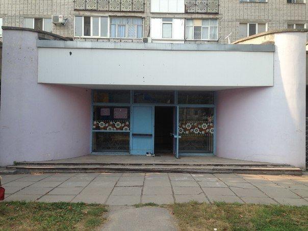 В Кременчуге собирают помощь чтобы «вдохнут жизнь» в детскую библиотеку: ее неприметный фасад раскрасят аэрографией (фото) - фото 1