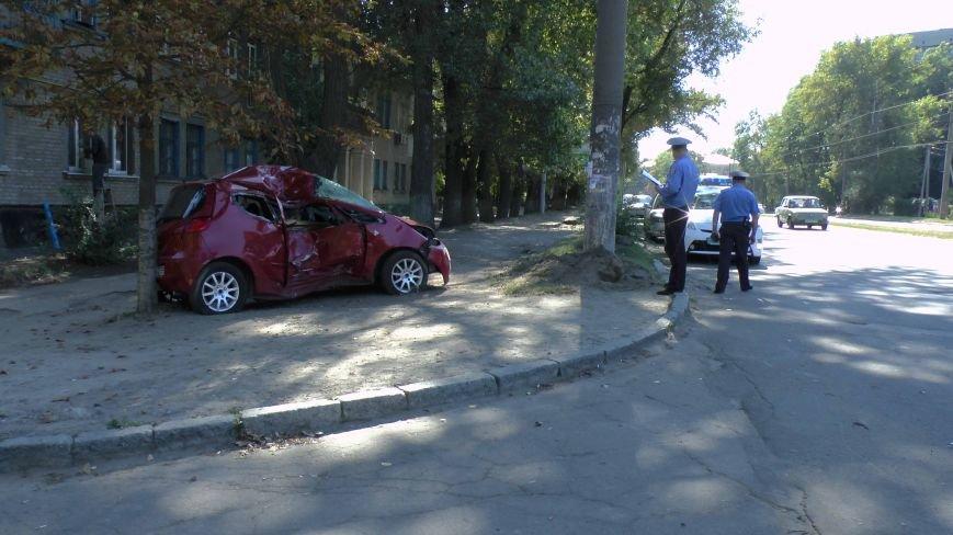 ДТП в Днепропетровске: Митсубиси наехал на электроопору (ФОТО) (фото) - фото 1