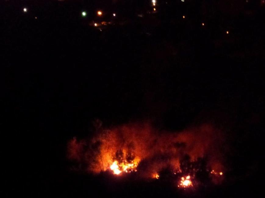 Восточный в огне: за вечер криворожские спасатели дважды тушили пожар на микрорайоне (ФОТО) (фото) - фото 2