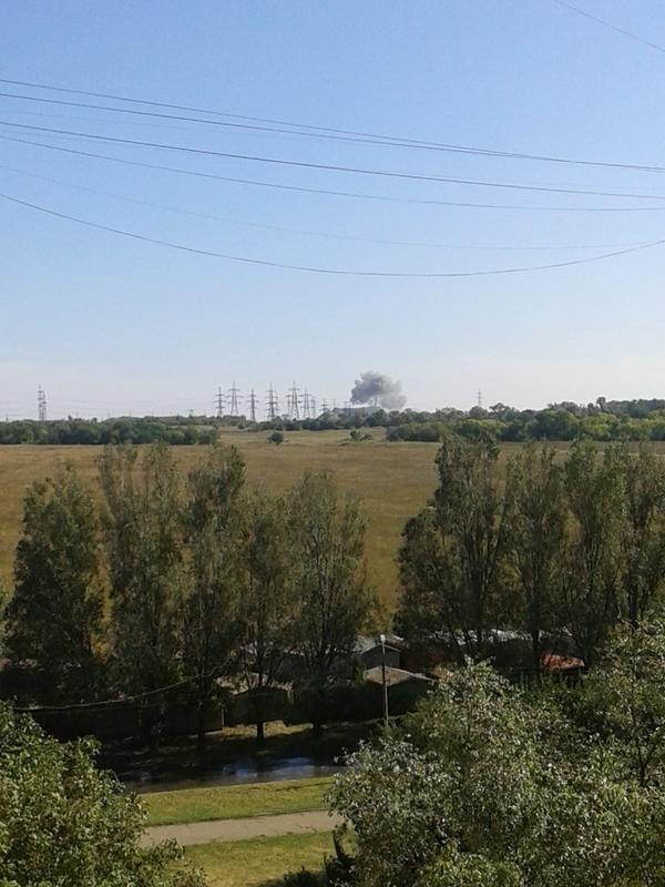 На окраине Донецка после сильного взрыва поднялось облако черного дыма (ФОТО) (фото) - фото 1