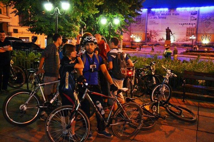 Велосипедисти катались нічними Чернівцями (ФОТО), фото-1