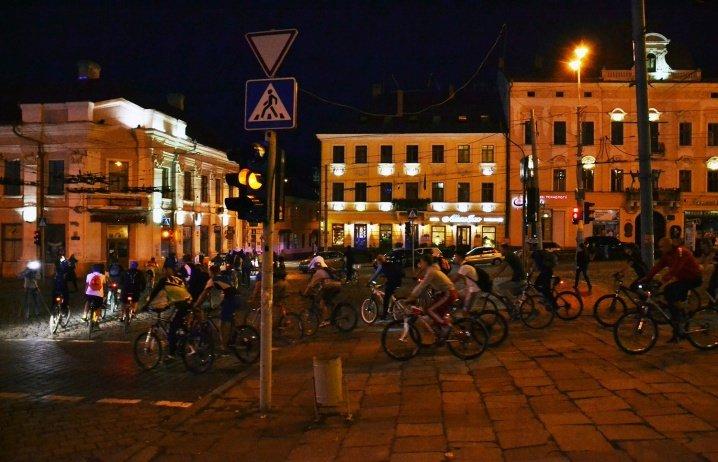 Велосипедисти катались нічними Чернівцями (ФОТО), фото-5