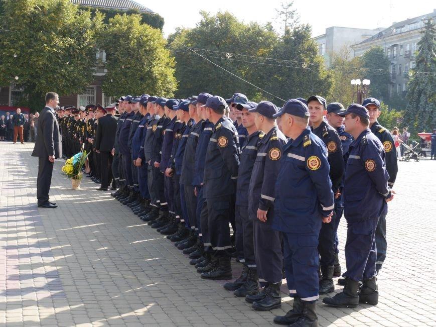 На Театральному майдані виставили техніку ДСНС і відзначили найкращих рятувальників (ФОТОРЕПОРТАЖ) (фото) - фото 1
