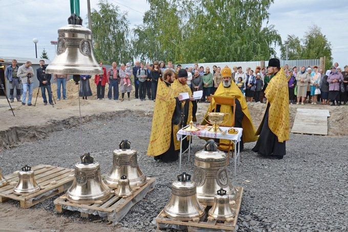 В Старооскольском районе над храмом святых апостолов Петра и Павла зазвенели колокола, фото-1