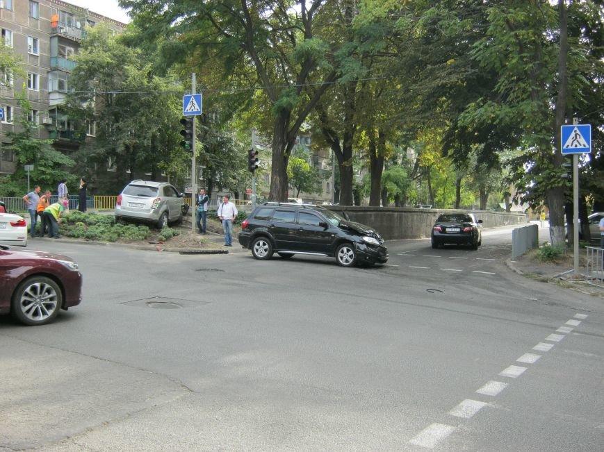 ДТП в Днепропетровске: на регулируемом перекрестке столкнулись две иномарки (ФОТО), фото-1