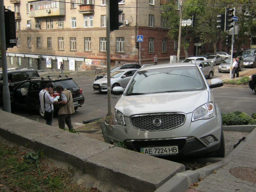 ДТП в Днепропетровске: на регулируемом перекрестке столкнулись две иномарки (ФОТО), фото-2