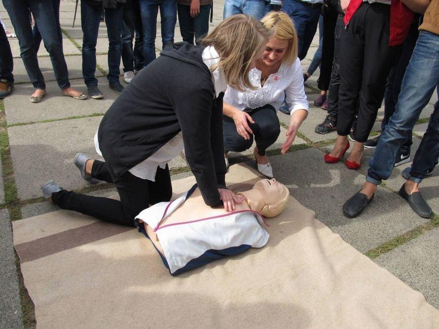 На Соборній площі в Чернівцях учні шкіл надавали першу медичну допомогу муляжам (фото) - фото 1