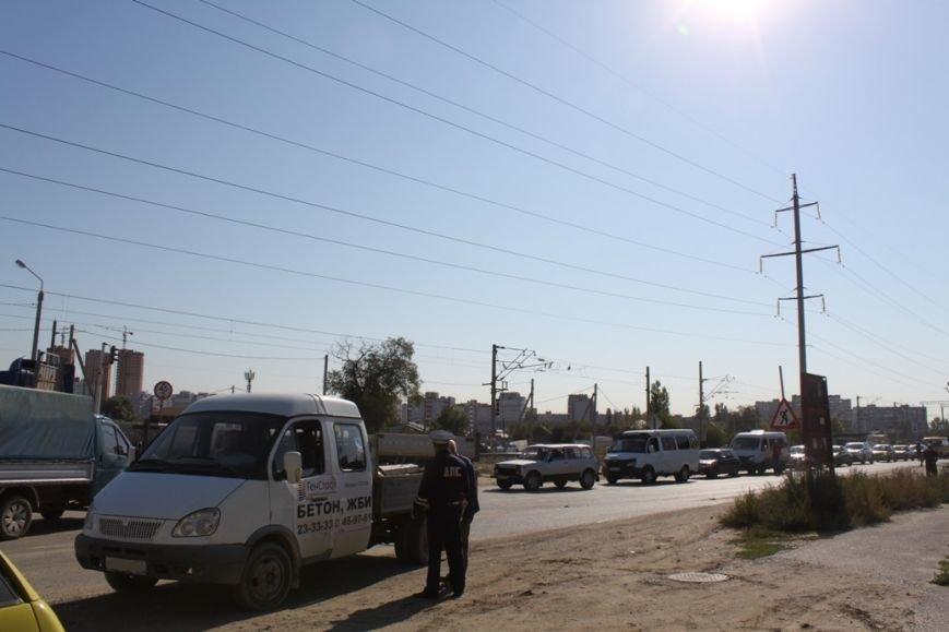 В Волгограде полицейские ловили на ЖД-переезде водителей-нарушителей, фото-1