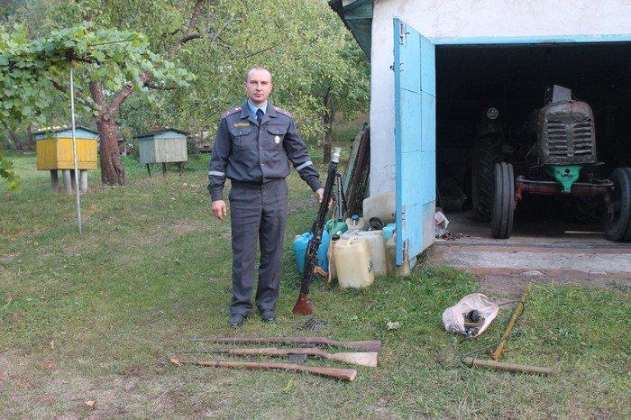 В Кореличском районе у мужчины нашли целый арсенал оружия: пулемет, карабин и винтовки изъяты (фото) - фото 1