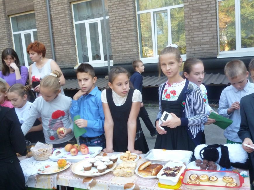 Школьники на благотворительной ярмарке собрали средства на нужды бойцов АТО (ФОТО) (фото) - фото 1