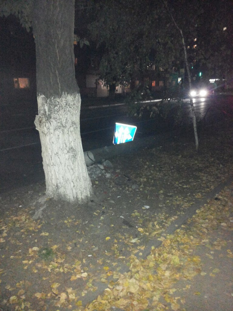 В центре Ульяновска иномарка врезалась в автомобиль и сбила столб (фото) - фото 1
