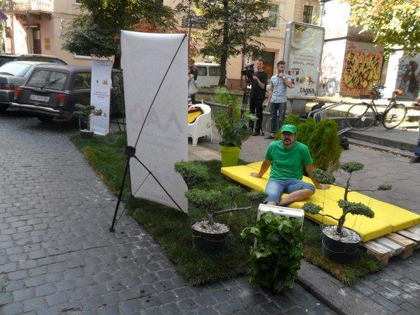 Львів'яни перетворили парковку на міні-парк (ФОТО+ВІДЕО) (фото) - фото 4