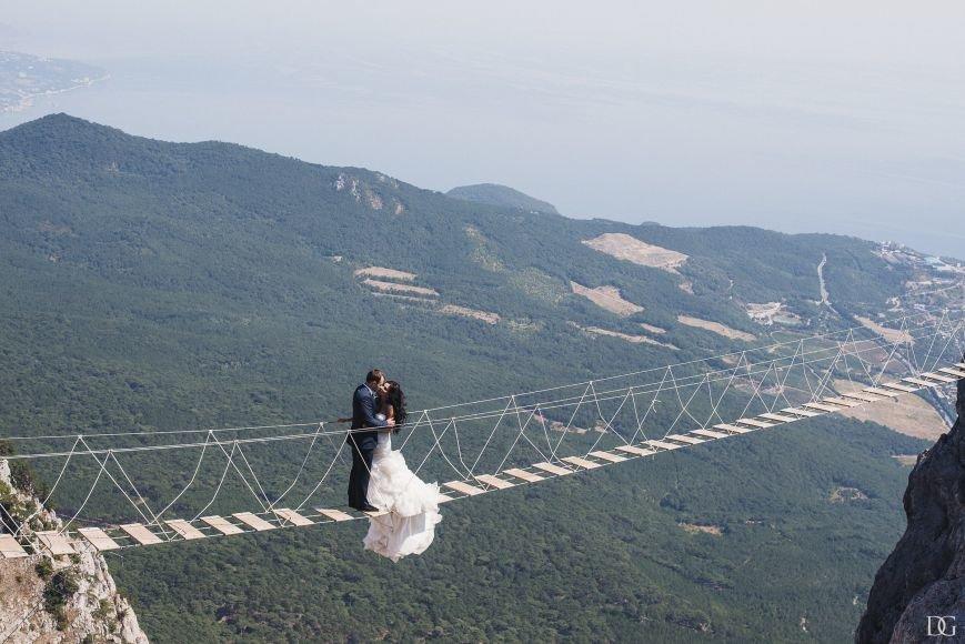 На подвесных мостах на Ай-Петри прошла свадебная фотосессия (фото) - фото 1