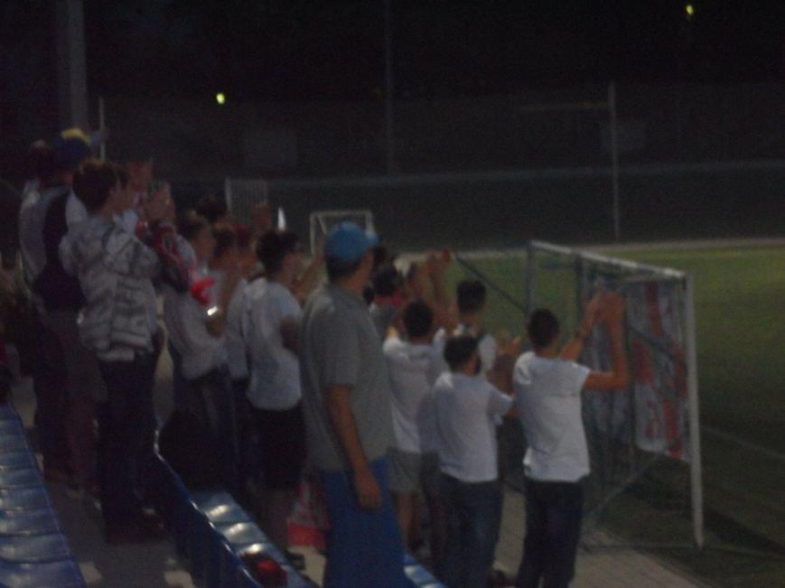 Фанаты ФК «Кривбасс» продолжали поддерживать футболистов в Днепропетровске, несмотря на пропущенные голы (ФОТО), фото-1