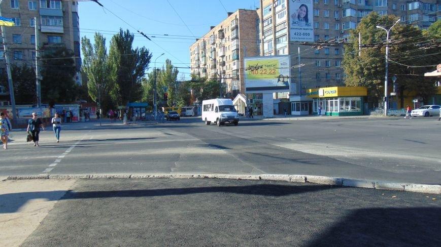 В центре Мариуполя к Дню города  асфальт вернули на перекресток (ФОТОФАКТ) (фото) - фото 2