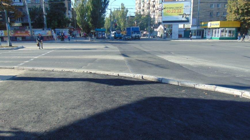 В центре Мариуполя к Дню города  асфальт вернули на перекресток (ФОТОФАКТ) (фото) - фото 1