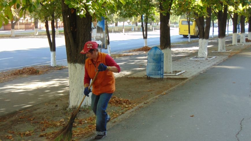 В центре Мариуполя мусорники одели в голубые фраки (ФОТОФАКТ) (фото) - фото 1