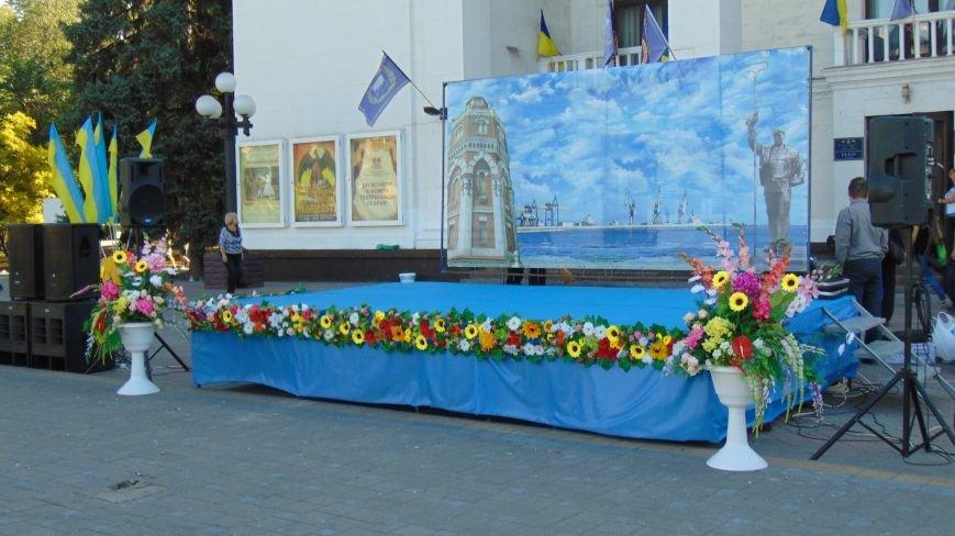В центре Мариуполя подготовлись к началу празднования(ФОТОФАКТ) (фото) - фото 2